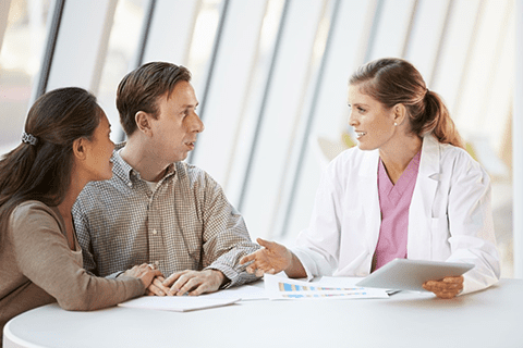 Stockphoto-2018-10_doctor_talking_couple-small-v3